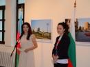 Посланикът на Азербайджан Наргиз Гурбанова откри изложба за красотите на Баку