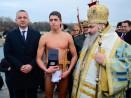 Ученик извади кръста на Богоявление във Варна