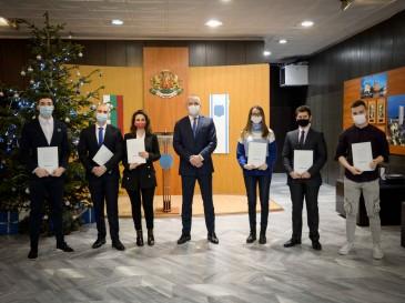 Кметът Иван Портних награди студенти за отлични резултати