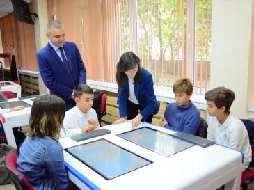 Кметът Иван Портних и еврокомисарят Мария Габриел посетиха  Математическата гимназия