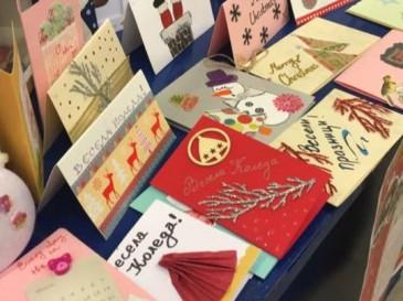 """Доброволците от младежката организация """"Делфините"""" заедно с екипа на Фондация """"Деца на Балканите"""" събраха над 30 000 лева от продажбата на ръчно изработени коледни картички."""