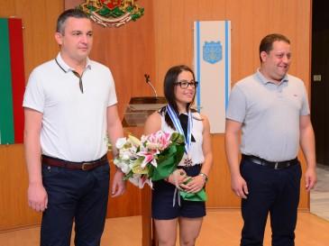 Бронзовата олимпийска медалистка Елица Янкова - с почетен знак от кмета